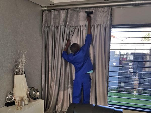 فوائد تنظيف الستائر والاثاث من شركة تنظيف كنب دبي