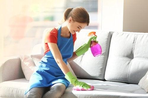 تنظيف أريكة القماش