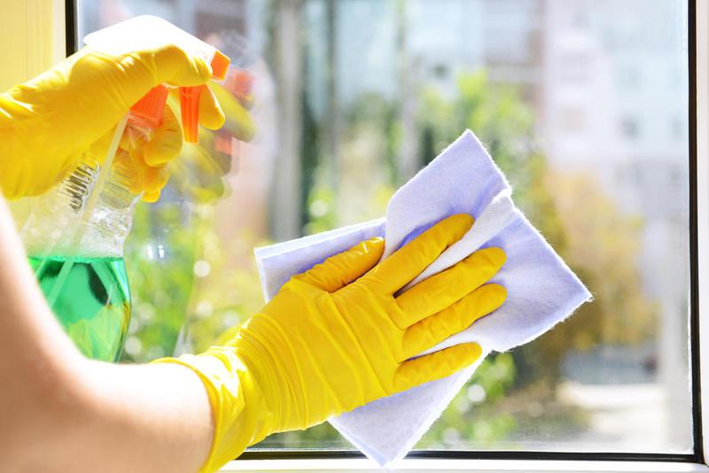 تنظيف النوافذ والمرايات